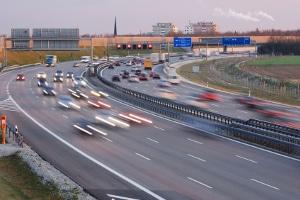Unter bestimmten Voraussetzungen ist der Einsatz der Lichthupe auf der Autobahn erlaubt.