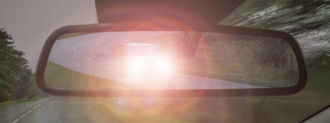 Einsatz der Lichthupe auf der Autobahn: Droht eine Strafe oder ist das erlaubt?