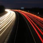 Es ist möglich Lichtschranken, an einen Blitzer gekoppelt, zur Geschwindigkeitsmessung zu verwenden.