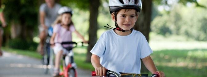 Richtig links abbiegen mit dem Fahrrad: Bereits die Grundschule vermittelt Kindern die wichtigsten Sicherheitsregeln.