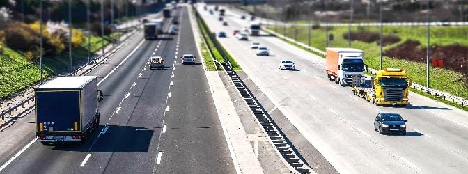 Linksverkehr kann ungeübte Fahrer vor einige Herausforderungen stellen.