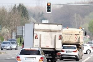 Ein Lkw-Durchfahrtsverbot kann von Kommunen errichtet werden, um die EU- Luftqualitätsrichtlinie einzuhalten.