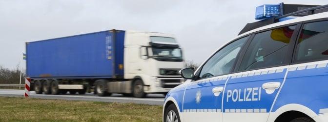 Ein Lkw-Durchfahrtsverbot dient in erster Linie zum Schutz der Anwohner vor Lärm und Abgasen.