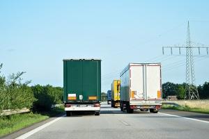 Liefern sich zwei Lkw ein Elefantenrennen, steigt das Unfallrisiko unweigerlich an.