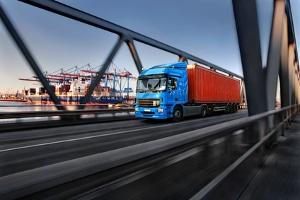 Überschreiten Sie mit dem Lkw die erlaubte Geschwindigkeit, drohen Sanktionen aus dem Bußgeldkatalog.