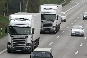 Auf der Autobahn gilt für Lkw regelmäßig ein Mindestabstand von 50 Metern.