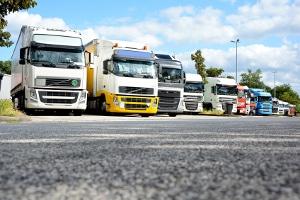 Lkw-Fahrer müssen Pausen von Lenkzeiten, aber auch von der Arbeitszeit im Allgemeinen nehmen.