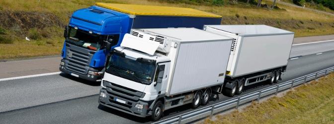 Als Lkw-Fahrer einen anderen Lkw überholen: Auf der Autobahn kann dies besonders gefährlich sein.