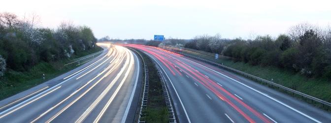Mittels Lichtschranken misst das Messgerät ESO ES 1.0 die Geschwindigkeit im Straßenverkehr.