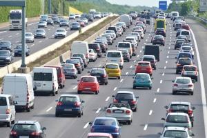 Im Alltag wird der Mindestabstand von Lkw auf der Autobahn häufig nicht eingehalten