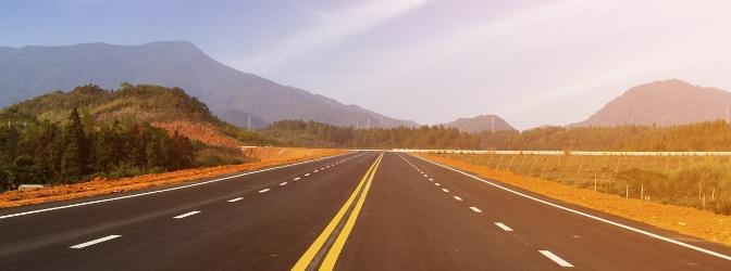 Die Mindestgeschwindigkeit auf der Autobahn wird durch ein Verkehrszeichen angegeben.