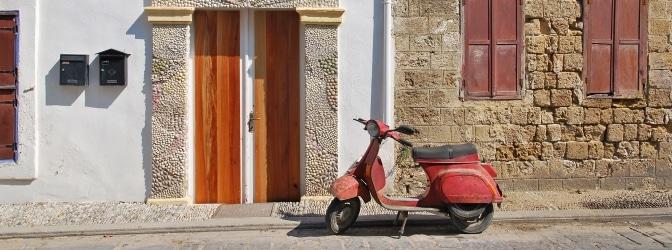 Mit dem Auto oder Roller nach Italien: Über die Verkehrsregeln sollten Sie sich im Vorfeld informieren.