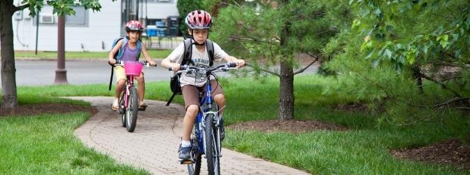 Mit dem Fahrrad zur Schule: Definiert der Gesetzgeber ein Mindestalter?