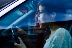 Mit einem Kopfhörer telefonieren: Mit dem Auto ist das Fahren so prinzipiell erlaubt.