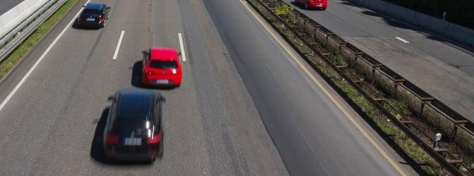 Mittelspurschleicher stellen eine Gefahr für die Verkehrssicherheit dar.