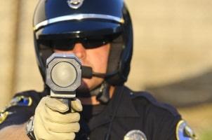 Auch mobile Blitzer können von hinten blitzen, zum Beispiel die Laserpistole.