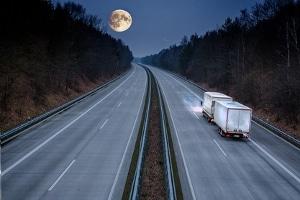 Die Praxis-Stunde beim Mofa-Führerschein findet abseits des viel befahrenen Straßenverkehrs statt