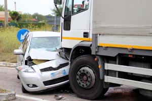 Egal ob mit dem Lkw, dem Auto oder dem Motorrad: Anfängerfehler enden schlimmstenfalls in einem Zusammenstoß.