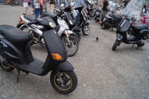 Motorrad parken: Auf dem Gehweg ist das meist verboten.