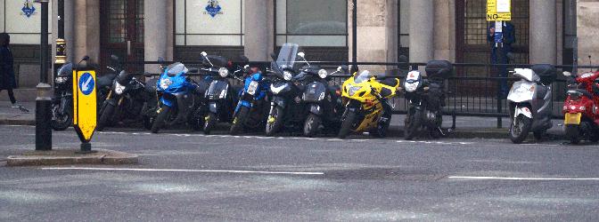 Wo dürfen Sie mit dem Motorrad parken? Unser Ratgeber beantwortet diese Frage.