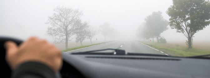 Im Nebel Autofahren: Das sorgt bei manchen Fahrern für eine Stresssituation.