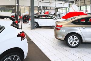 Neureifen überschreiten die Profiltiefe, die ein Auto mindestens haben muss wesentlich.