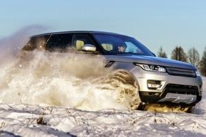 Missachten Sie die Winterreifen- oder Schneekettenpflicht, sanktioniert in Österreich der Bußgeldkatalog.