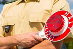 Wer trotz Fahrverbot beim Fahren erwischt wird, dem drohen hohe Sanktionen