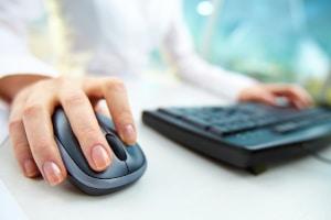 Sie können online eine simulierte Theorieprüfung absolvieren, um sich auf die richtige vorzubereiten.
