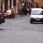 Einen Parkausweis zu beantragen, kann die Parkplatzsuche für verschiedene Personengruppen erleichtern.
