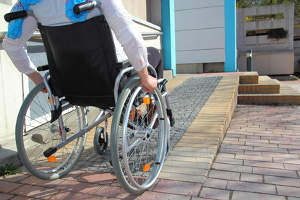Auch beim blauen Parkausweis für Behinderte gibt es Voraussetzungen.
