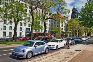 Das Parken an Grundstückseinfahrten erfordert einen ausreichenden Abstand zur Zufahrt.