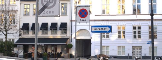 Existieren spezielle Vorschriften zum Parken in einer Einbahnstraße?
