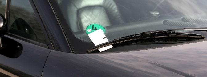 Dass Sie für das Parken ohne Parkschein zahlen müssen, erfahren Sie in der Regel durch einen Strafzettel am Auto.