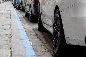 Farbige Markierungen verraten Ihnen, ob das Parken laut Straßenverkehrsordnung in Spanien erlaubt ist.