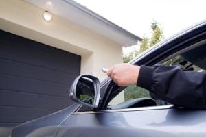 Beim Parken vor der Garage riskieren Sie unter Umständen eine Mithaftung, falls das Kfz beschädigt wird.