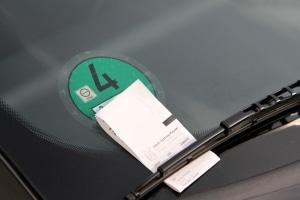 Wer die Parkdauer überschreitet, muss aufgrund der Parksensoren auf dem Supermarktparkplatz mit einem Knöllchen rechnen.
