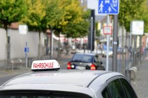 Bevor Sie mit den Pflichtfahrstunden fürs Auto starten, sollten Sie den Theorieunterricht besuchen.