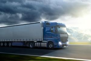 Pkw- vs. Lkw-Bremsweg: Größeres Gewicht bedeutet in aller Regel auch längeren Anhalteweg.