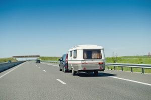 Pkw mit Anhänger: Die zulässige Höchstgeschwindigkeit auf der Autobahn beträgt in der Regel 80 km/h.