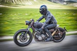 Lkw, Pkw, Motorrad: Die erlaubte Höchstgeschwindigkeit richtet sich auch nach dem jeweiligen Fahrzeug.
