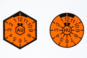 Seit 2010 gibt es nur noch eine HU-Plakette für Kfz-Kennzeichen - ihre Grundfarbe wechselt jährlich.