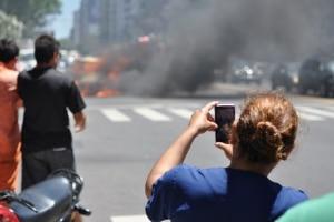 Unfälle ziehen oft Schaulustige an. Ein Polizist hat Gaffer nun harsch zurechtgewiesen.