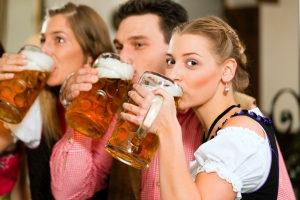 Innerhalb der Probezeit darf keinerlei Alkohol getrunken werden, wenn ein Fahrzeug zu führen ist.