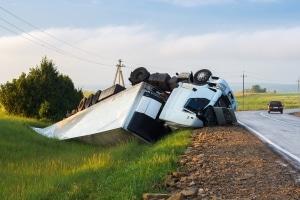 Wird die Promillegrenze von Lkw-Fahrern nicht eingehalten, können Sanktionen oder ein Unfall die Folge sein.