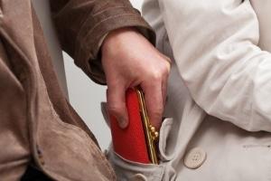 Wurde Ihre Brieftasche geklaut, kann ein provisorischer Führerschein weiterhin Ihre Befugnis zum Führen eines Fahrzeugs nachweisen.