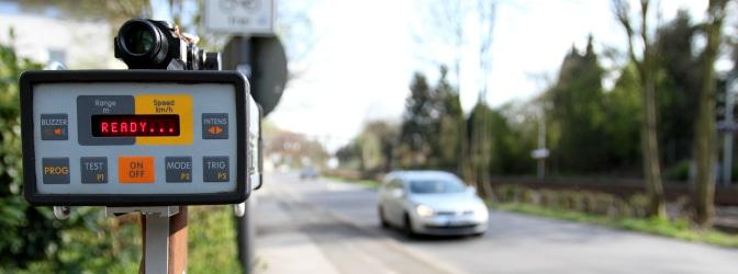 Eine Radarfalle misst die Geschwindigkeit von herannahenden Autos.