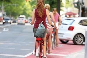 In der Regel weist der Radfahrstreifen eine durchgängige Markierung und eine Beschilderung auf