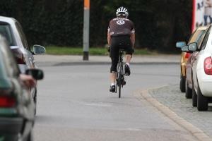 Wer trotz Radwegebenutzungspflicht auf der Straße fährt, riskiert einen Bußgeldbescheid.