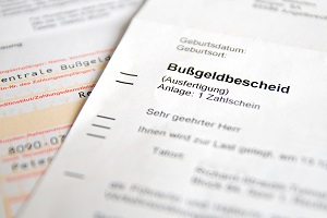 Die Rechtsbehelfsbelehrung im Bußgeldbescheid teilt Ihnen mit, bis wann Einspruch eingelegt werden kann.